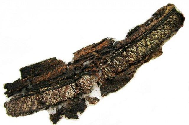 Один из раскопанных фрагментов, сделанных из тонкой шелковой и серебряной нити