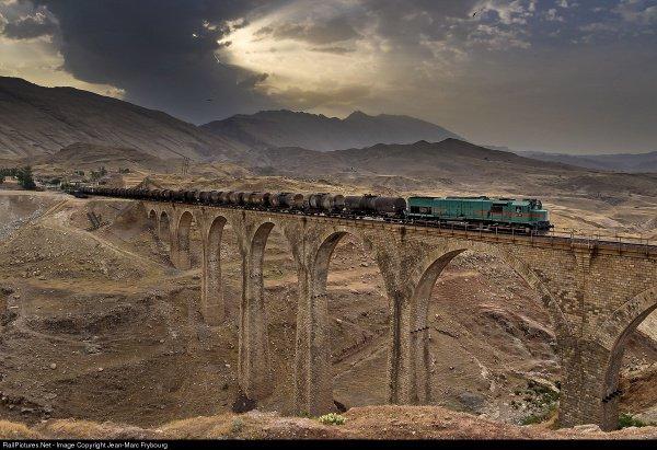 Трансиранская железная дорога включает в себя множество памятников архитектуры.