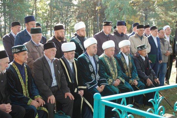 Участники конференции на могиле просветителя.