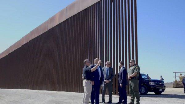 Президент США побывал на границе с Мексикой.