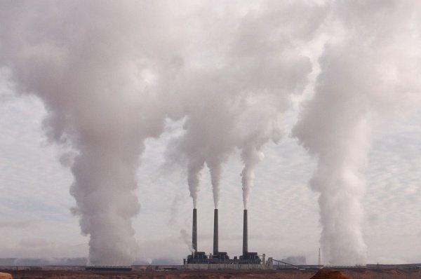 Концентрация СО2 в земной атмосфере повышается плавно и предсказуемо - летом темп замедляется, зимой растет