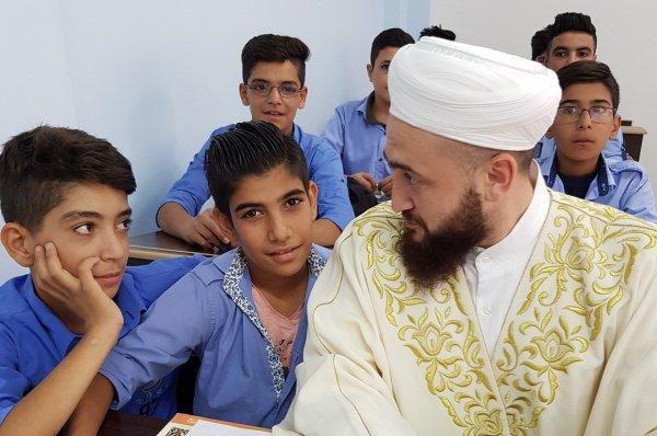 Муфтий с учащимися школы.