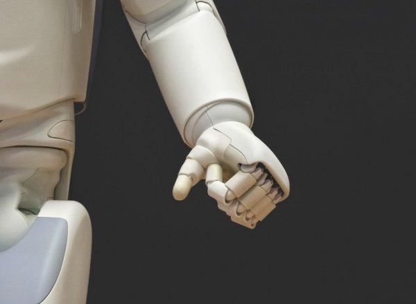 При этом завершение комплекса упражнений робот символически отмечает поднятием рук вверх