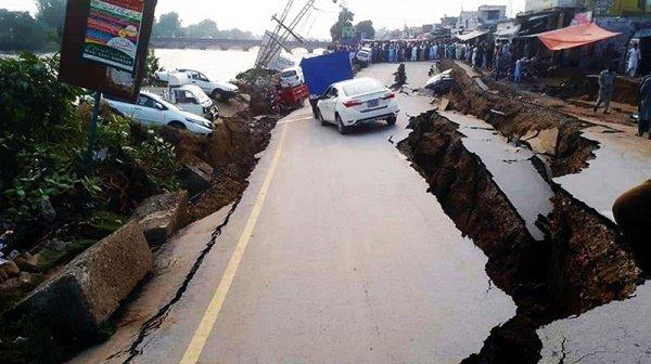 Пакистанские СМИ публикуют фото последствий землетрясения.