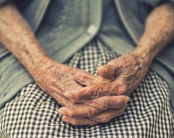 Женщина родилась в 1900 году, то есть в последнем году 19 века