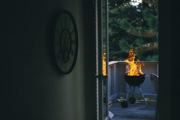 Россияне не смогут зажигать свечи, курить и жарить шашлыки на балконах