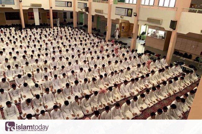 Намаз в средней школе Эр-Рияда
