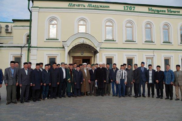 Казанские аксакалы у мечети Марджани.