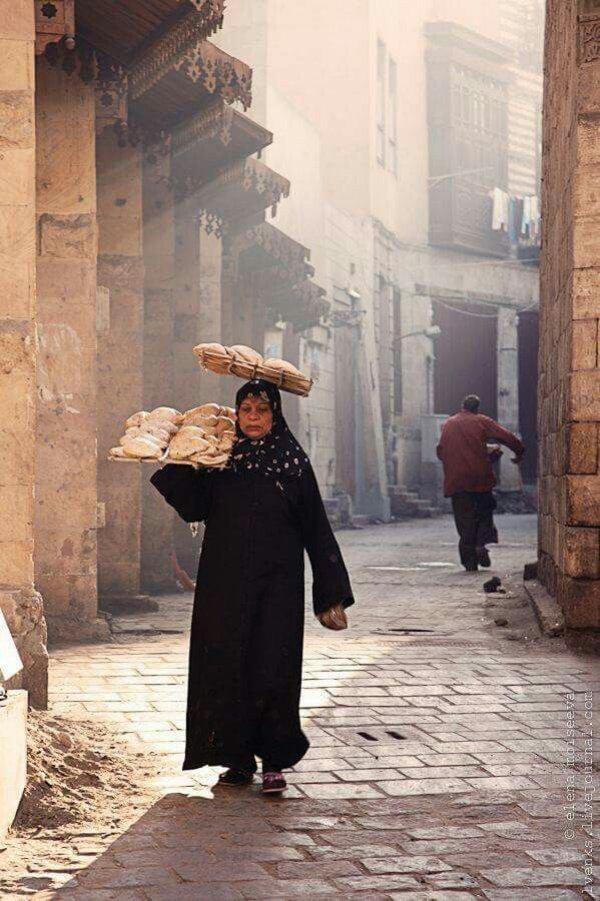 Это стоит увидеть: самая необычная доставка хлеба в Каире