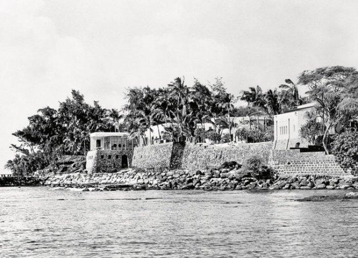 """Вид на """"Шангри-Ла"""" с воды в конце 1930 года"""