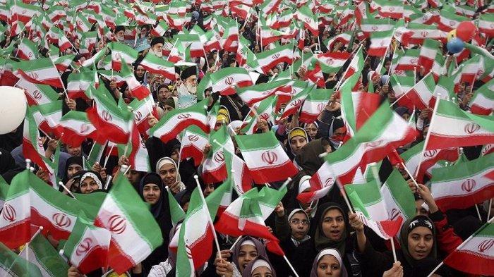 Жительницы Ирана посетят футбольный матч на стадионе в Тегеране.