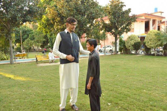При этом родные мужчины — среднего роста (Фото: SYED WAQAR RIZVI/CATERS NEWS)