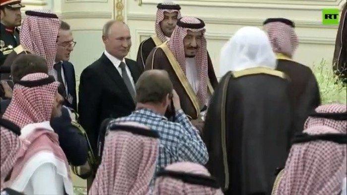 Владимир Путин и король Салман на протокольном мероприятии в Эр-Рияде.