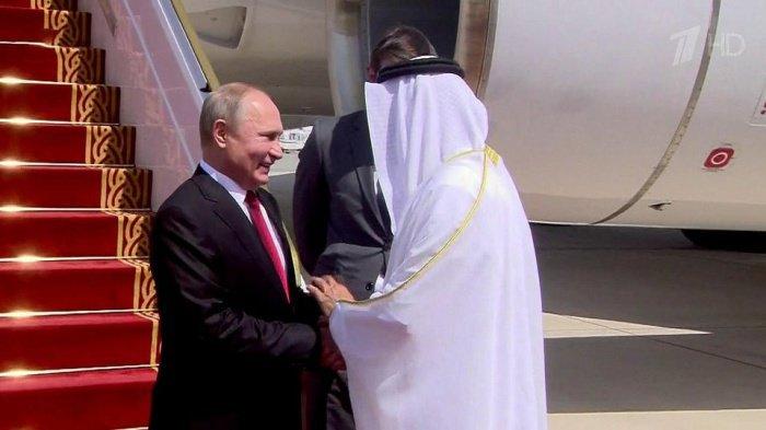 Самолет президента России приземлился в ОАЭ.