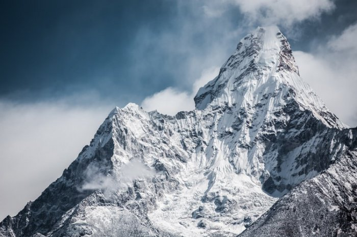 Сейчас официальная высота Эвереста составляет 8848 м