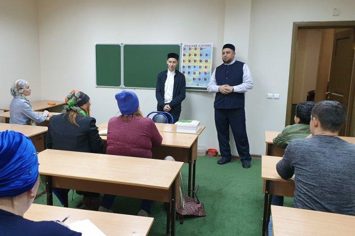 На первом занятии в мечети «Гаиля» слушателей поприветствовал имам-хатыйб Рустем хазрат Хайруллин.