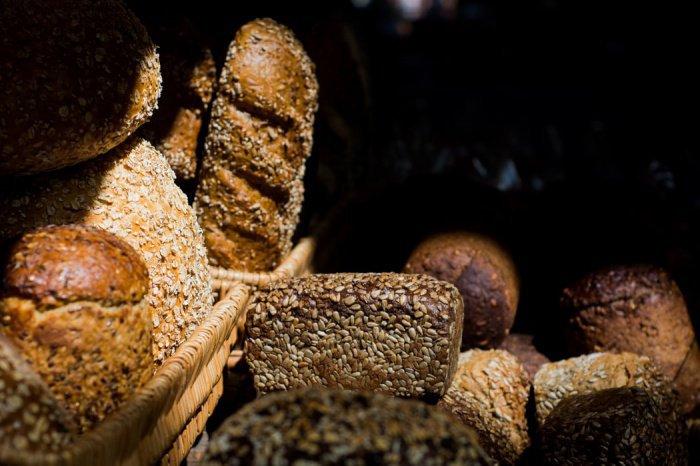 Самое большое количество витаминов и минеральных веществ содержится в хлебе, сделанном из цельнозерновой муки