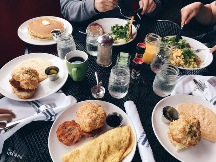 Ученые проанализировали социализированный прием пищи и обнаружили, что в компании друзей и родственников люди едят на 48% больше
