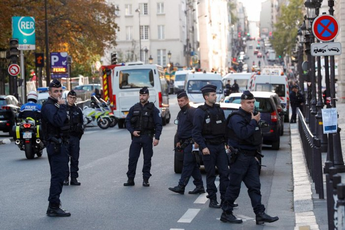 Парижских полицейских проверят на экстремизм.
