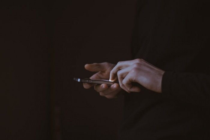 Стало известно, как не потерять зрение из-за смартфона