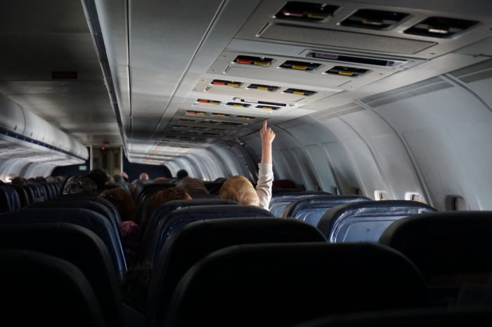 По словам доктора и автора книги о путешествиях, если в полете путешественники жуют резинку, они могут задохнуться