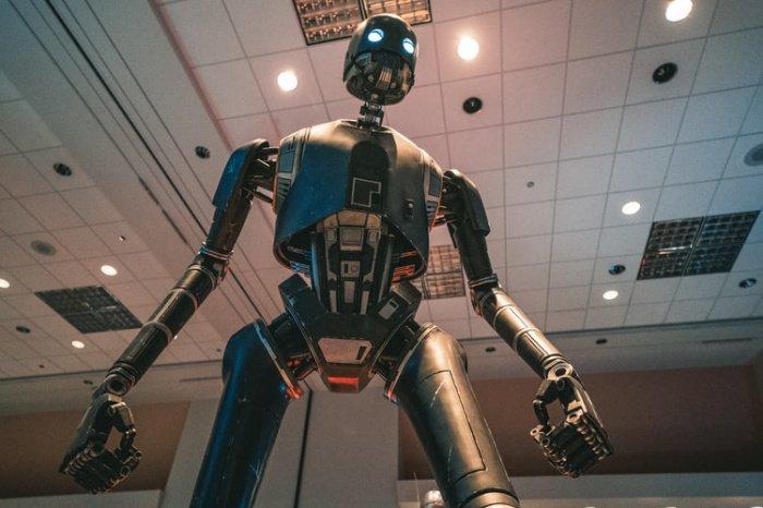 Робот Promobot, которого производит компания из Перми, — в настоящее время первая и единственная подобная разработка в стране