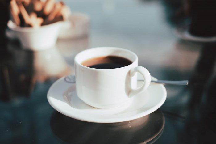 Привычный кофе и крепкий чай врач рекомендует заменить морсами, травяными чаями, чаем с лимоном, употреблять больше чистой воды