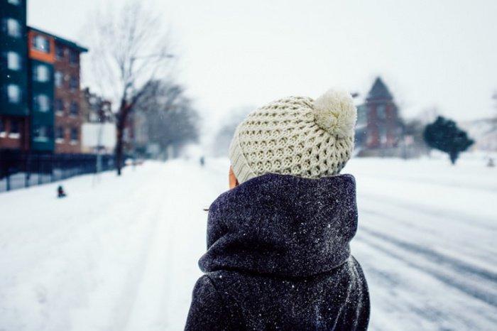 Если температура воздуха не минусовая, то можно и вовсе обойтись капюшоном