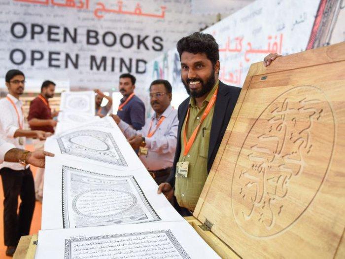 Индийский художник со своей рукописью Корана.