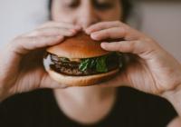 Выяснилось, почему женщинам трудно отказаться от вредной пищи
