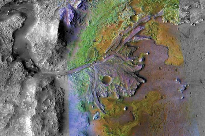 В древности в кратере Джезеро существовало озеро, в которое впадали реки. Эти реки приносили в марсианское озеро материал с обширного водораздела, что повышает вероятность присутствия остатков живых организмов, если те когда-то существовали на Марсе (Фото: NASA / JPL / JHUAPL / MSSS / Brown University)
