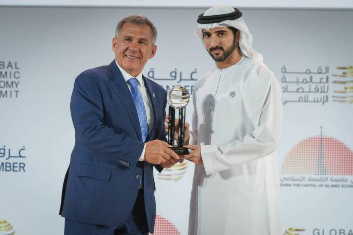 Награду вручил наследный принц Дубая Хамдан бен Мухаммед бен Рашед Аль Мактум.