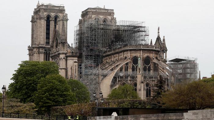 Собор Парижской Богоматери значительно пострадал в результате пожара.