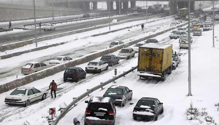 Снегопад доставил много неудобств жителям Тегерана.
