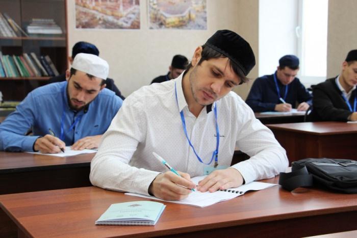 Шакирды медресе посостязаются в знаниях по исламским дисциплинам и арабскому языку