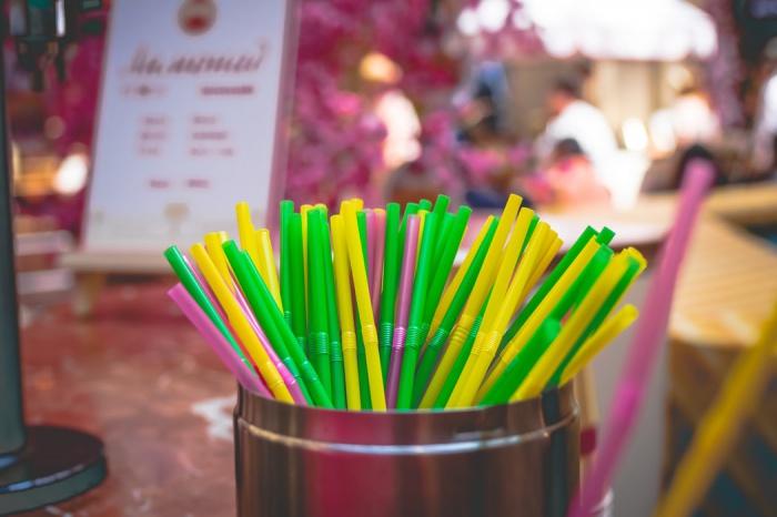 Большинство опрошенных при этом полагают, что магазины и производители используют чересчур много пластика для упаковки товаров