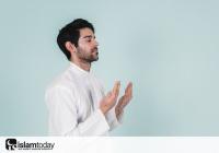 Если Аллах не на небесах, то почему во время дуа мы направляем ладони кверху?
