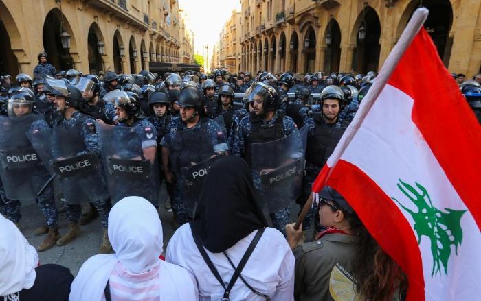 Протестующие требуют политических преобразований.