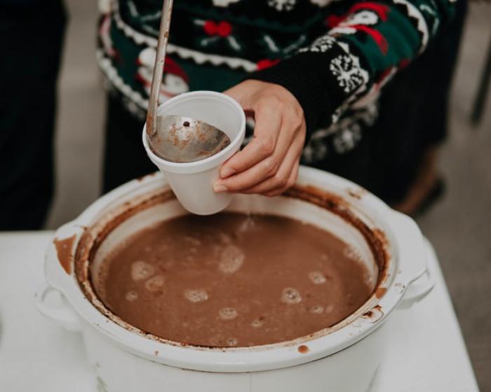 Больше всего способствуют согреванию более калорийные напитки, например, какао и горячий шоколад. Это особенно актуально для тех, кто легко одет и планирует физическую нагрузку