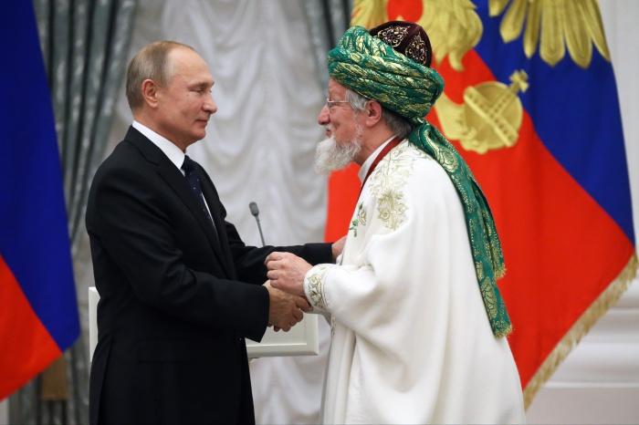 Путин и Таджуддин на церемонии в Кремле.