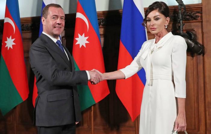 Медведев и Алиева на встрече в Москве.