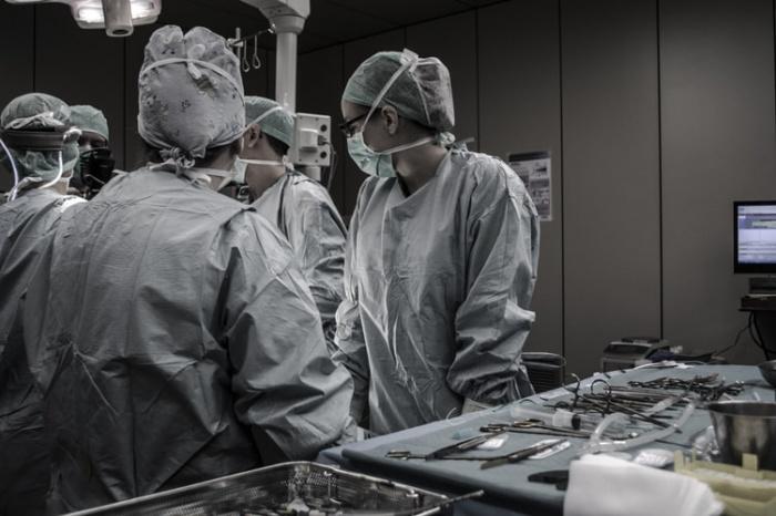 Во время осмотра доктор нашел у пациента паразитарное заболевание — дирофиляриоз. В зрительном органе мужчины находился 3-сантиметровый червь, которого было решено удалить
