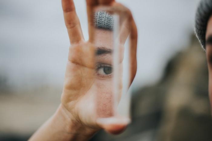 В соответствии с результатами работы, если человек начинает реже видеть собственное отражение и поправлять внешность, у него снижается уровень беспокойства о своем внешнем виде