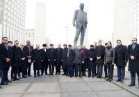 Послы арабских стран возложили цветы к памятнику Евгению Примакову