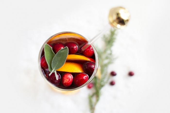 Чем не стоит пытаться согреться, так это алкоголем, так как он расширяет сосуды, что ведет к увеличению теплопотери, а в холодную погоду это недопустимо