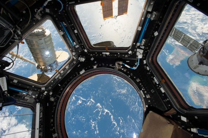 Один из членов экипажа МКС жаловался на уровень шума в его каюте в 82 децибела. Для сравнения, в России законодательная норма 45 децибелов