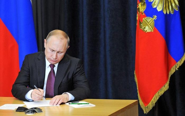 Президент России снял запрет на свастику в искусстве и науке.
