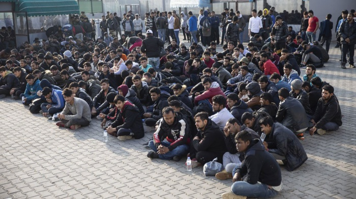 В Турции продолжается операция по выявлению нелегальных мигрантов.