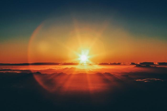 Альвеновские волны — это волны плазмы, распространяющиеся вдоль силовых линий магнитного поля и перемещающиеся между поверхностью и внешним слоем атмосферы