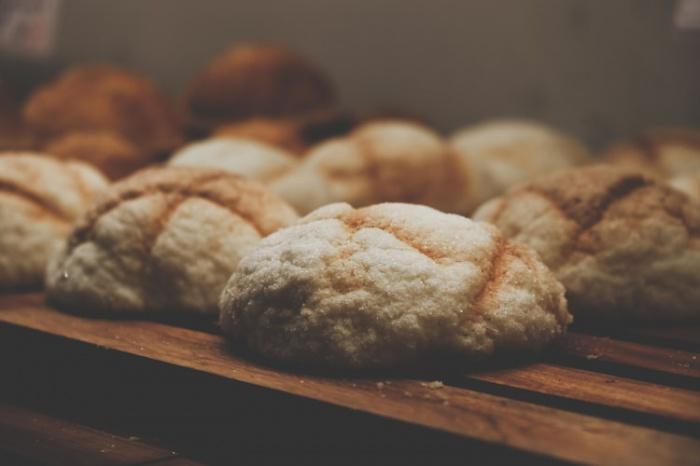 Пациенты с таким диагнозом всю жизнь вынуждены отказываться от продуктов с глютеном (хлеба, макарон и других мучных изделий). У них эта еда провоцирует расстройства кишечника, тошноту, сыпь, возможны также головные боли и судороги